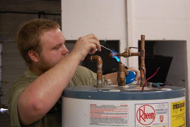 Faire installer et entretenir son chauffe-eau par un plombier